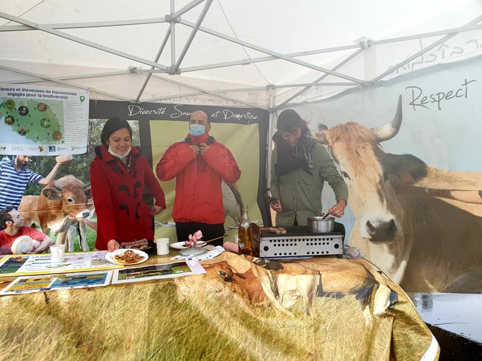 """Dégustation de viande maraîchine, une viande à plus value """"biodiversité"""" - photo © Biocoop Maraîchine"""